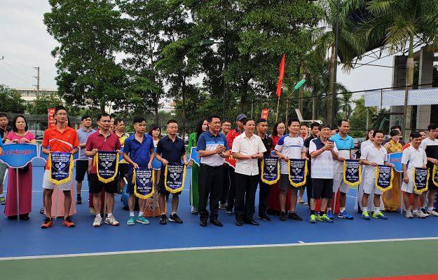 Lãnh đạo Tỉnh ủy, UBND tỉnh và Đảng ủy Khối trao cờ cho các đội thi