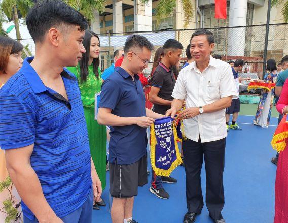 Đồng chí Nguyễn Hữu Quất, Phó Bí thư Thường trực Tỉnh ủy trao cờ cho VĐV dự thi
