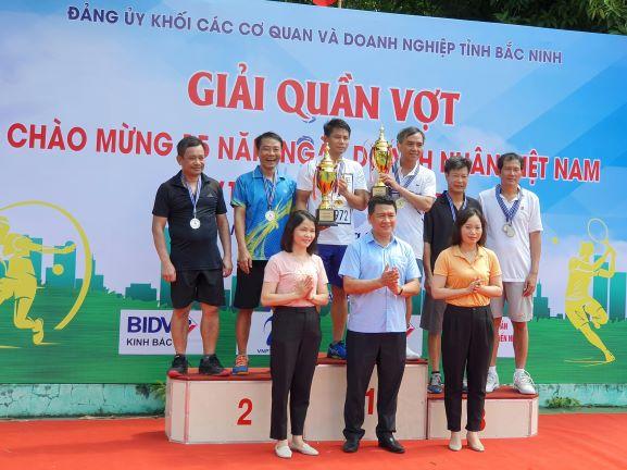 Lãnh đạo Đảng ủy Khối CCQ&DN tỉnh trao giải cho các đội đạt giải ở nhóm tuổi từ 46 tuổi trở lên