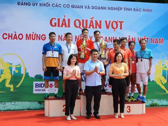 Lãnh đạo Đảng ủy Khối CCQ&DN tỉnh trao giải cho các đội đạt giải nhóm tuổi từ 45 tuổi trở xuống
