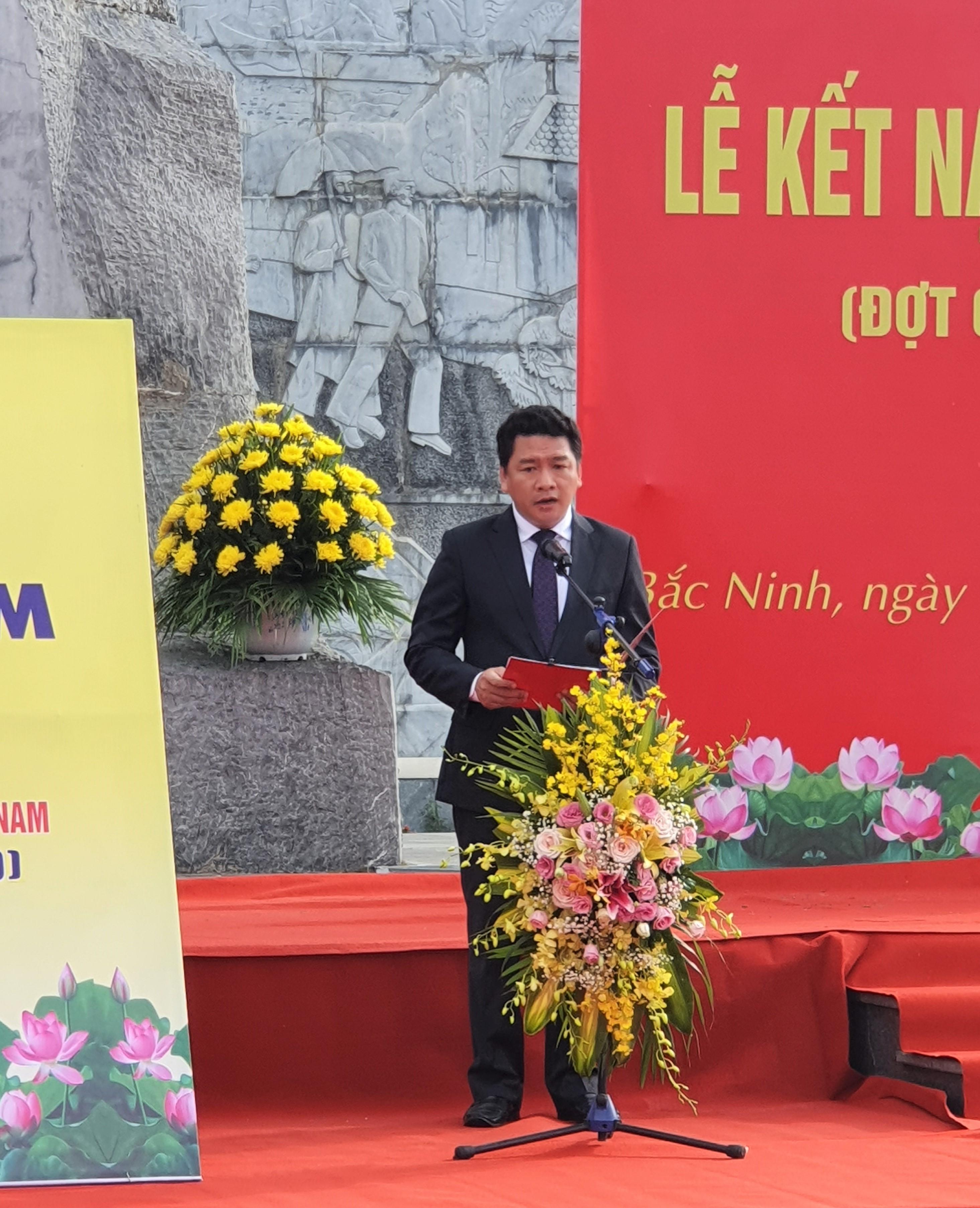 Đồng chí Đỗ Đình Hữu, Tỉnh ủy viên, Bí thư Đảng ủy Khối phát biểu khai mạc buổi lễ và ôn lại truyền thống 90 năm vẻ vang của Đảng cộng sản Việt Nam