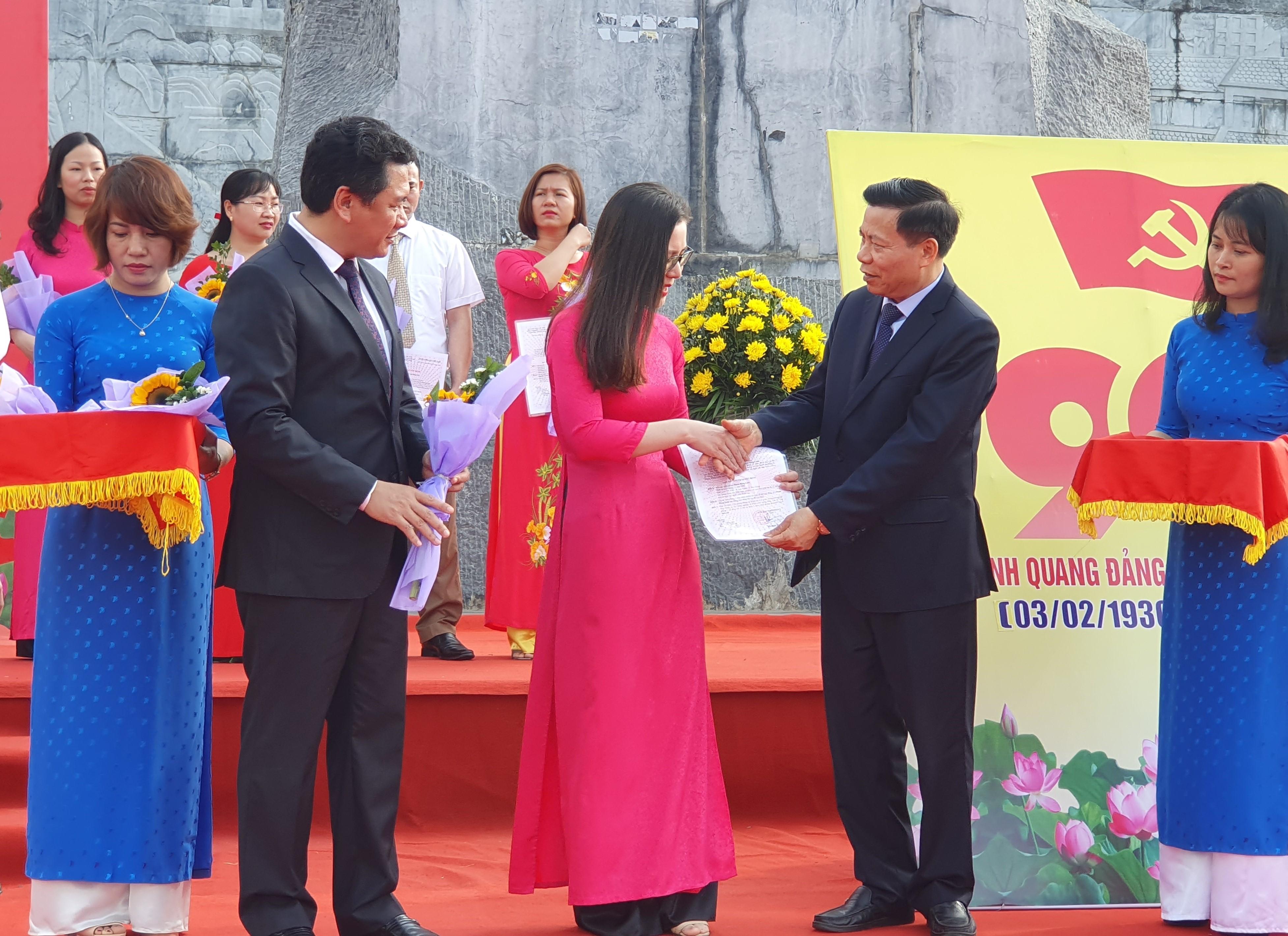Đồng chí Nguyễn Nhân Chiến, Ủy viên TƯ Đảng, Bí thư Tỉnh ủy trao quyết định kết nạp đảng viên
