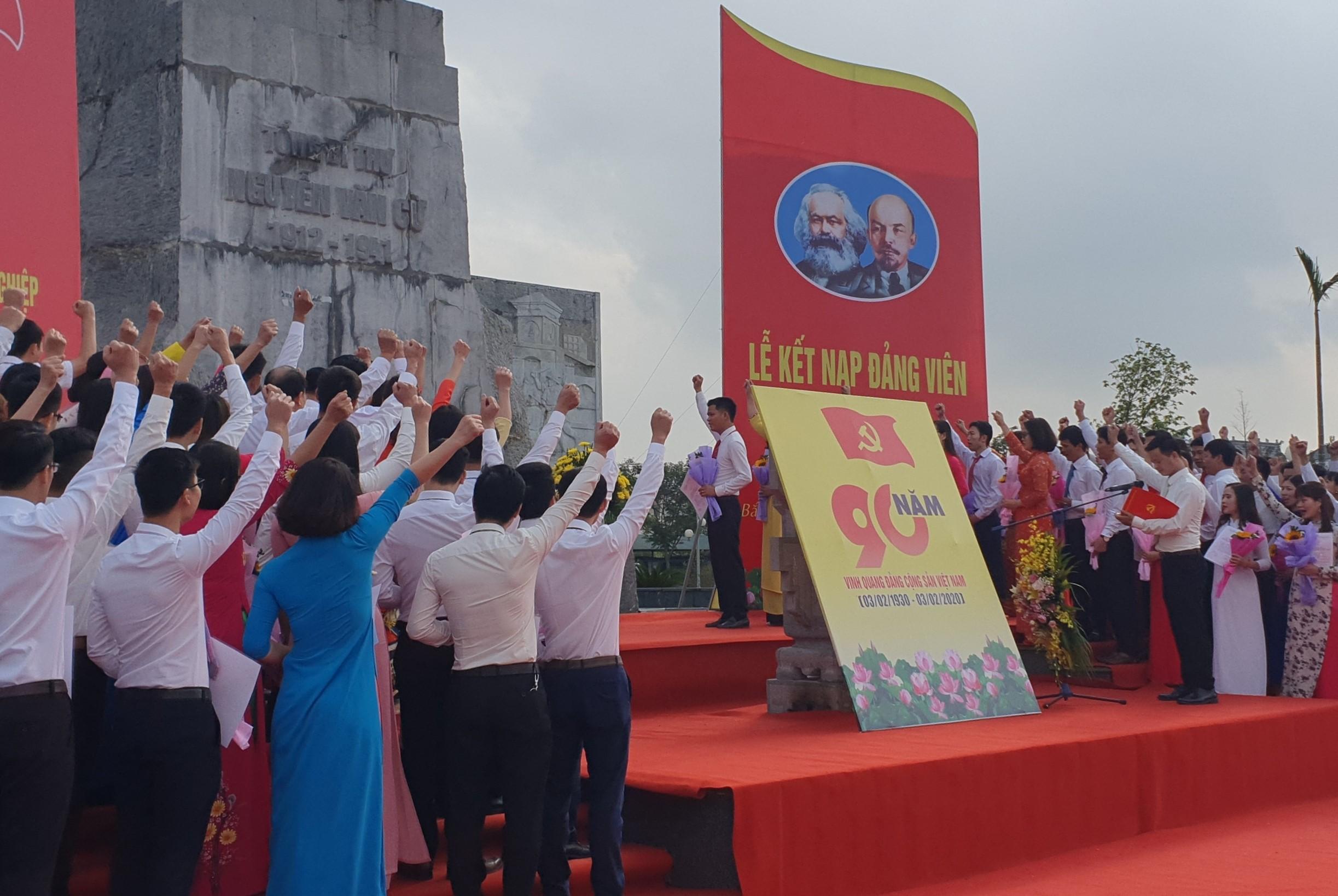 90 đảng viên mới tuyên thệ