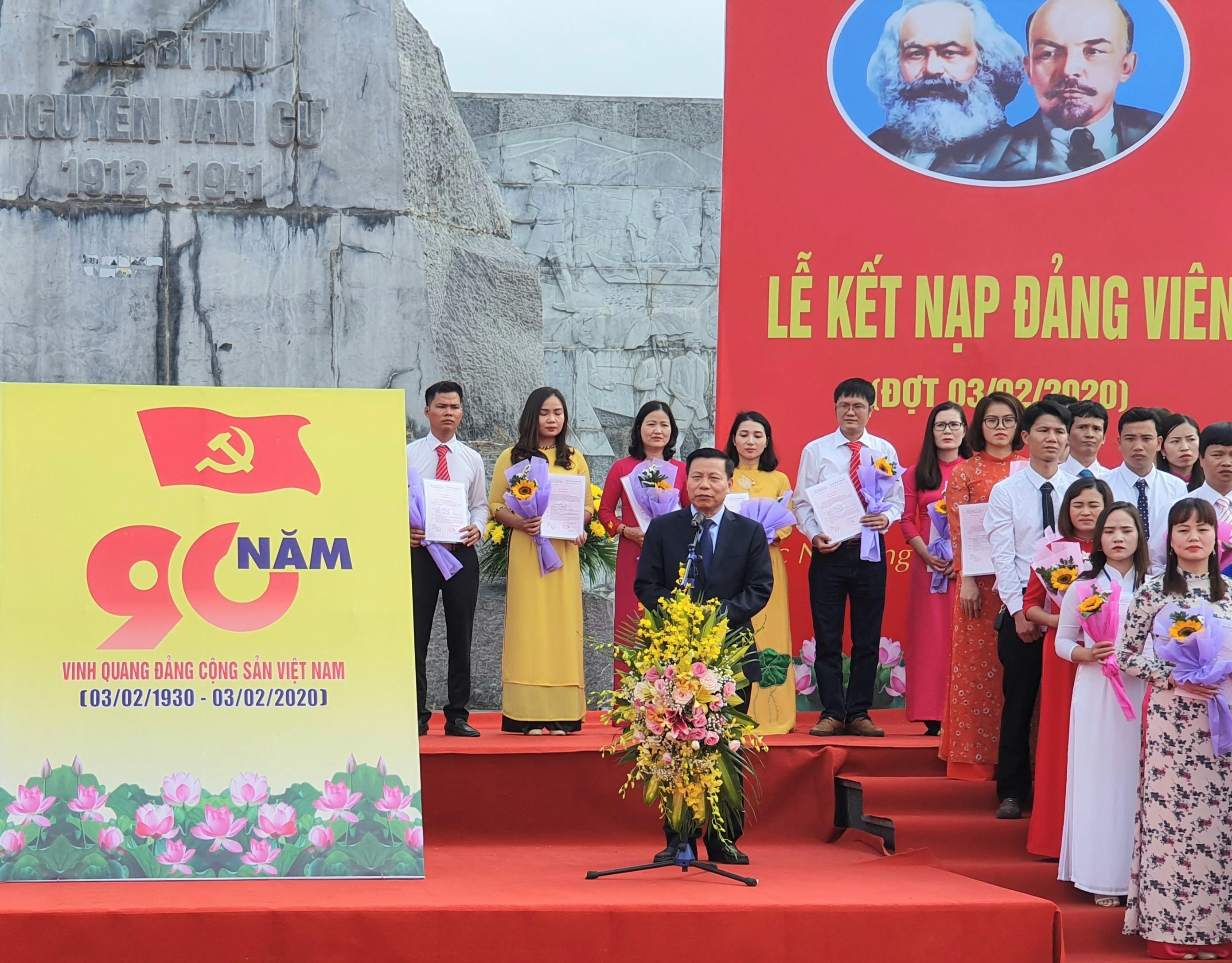 Bí thư Tỉnh ủy Nguyễn Nhân Chiến phát biểu giao nhiệm vụ cho đảng viên mới