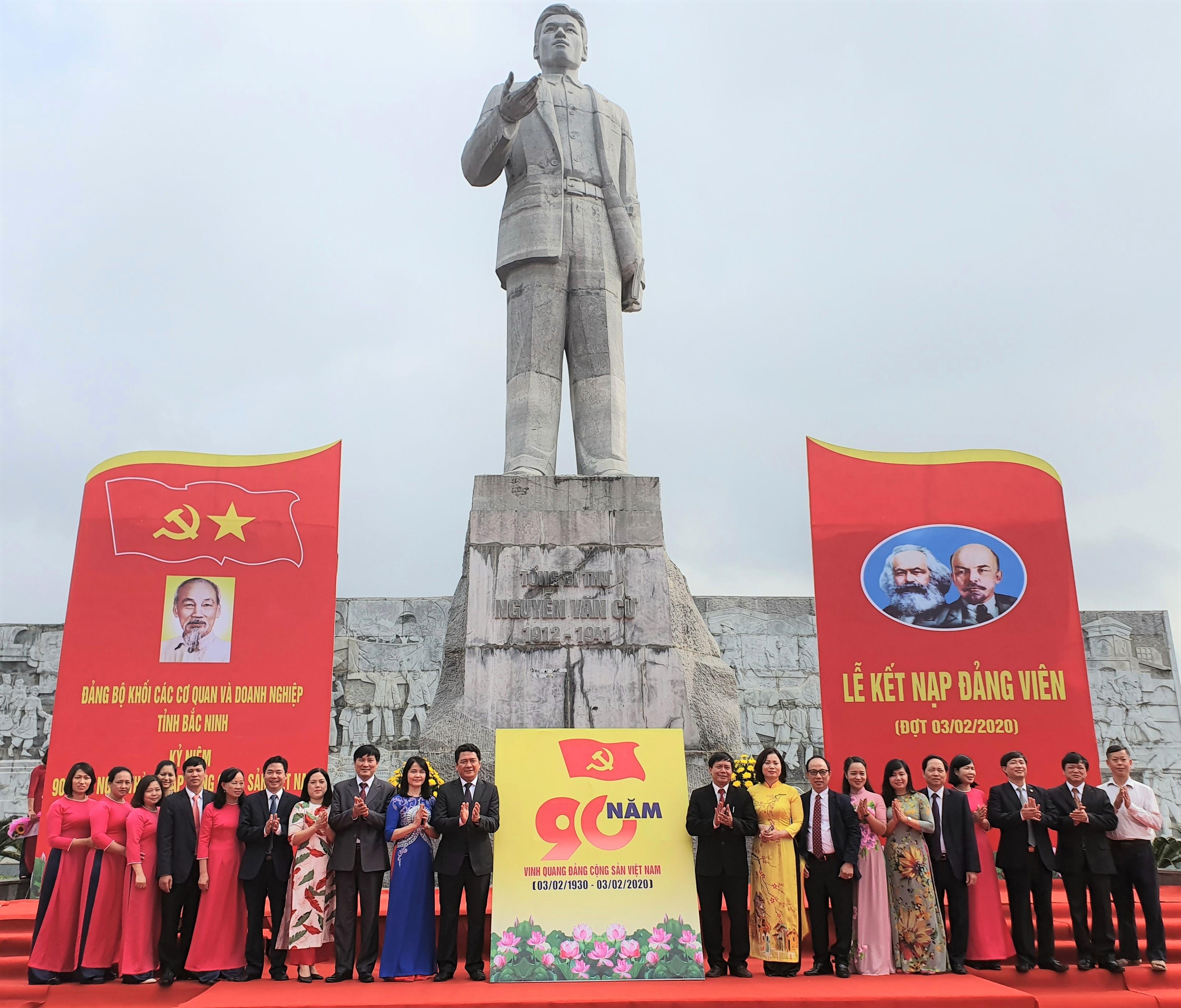 Tập thể cán bộ cơ quan Đảng ủy Khối CCQ&DN tỉnh