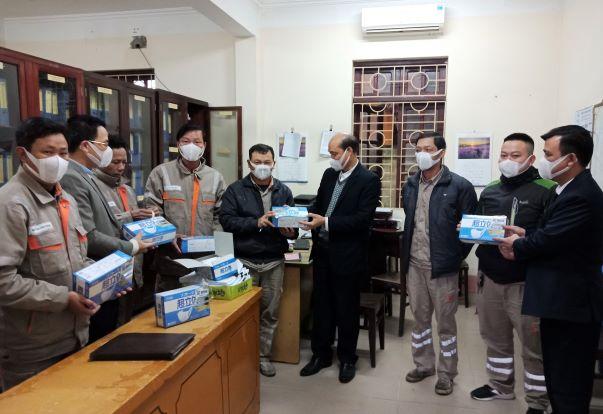 Cấp phát khảu trang, nước rửa tay khô cho CBCNVLĐ Công ty Điện lực Bắc Ninh