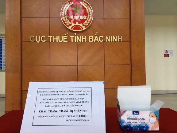 Cấp phát khẩu trang miễn phí cho người dân đến giao dịch tại Cục Thuế tỉnh