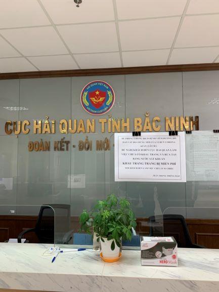ấp phát khẩu trang miễn phí cho người dân đến giao dịch tại Cục Hải quan Bắc Ninh