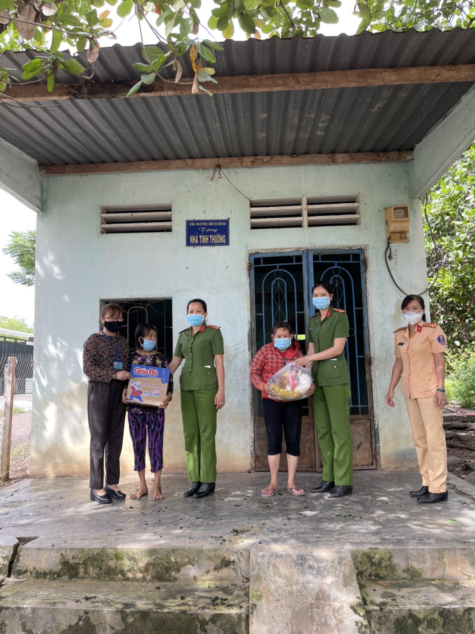 Phụ nữ công an thành phố Đồng Xoài trao 43 phần quà cho phụ nữ khó khăn ảnh hường dịch bệnh Covid-19