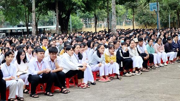 Trường THPT Hùng Vương (Đồng Xoài) tổ chức lễ tưởng niệm nạn nhân tử vong do tai nạn toàn giao thông năm 2020.