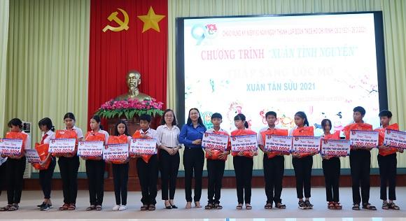 """Chương trình xuân tình nguyện """"thắp sáng ước mơ"""" thành phố Đồng Xoài năm 2021."""