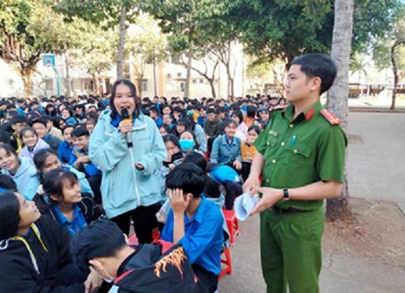 Tuyên truyền phòng chống pháo nổ cho học sinh trong nhà trường.